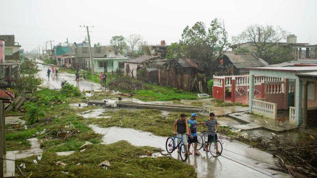 Destrucción a lo largo de una calle de Caibarién.
