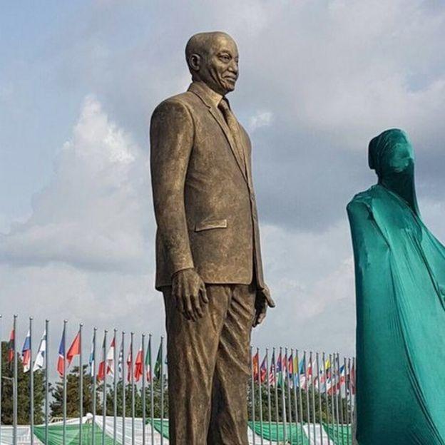 Le gouverneur de l'Etat nigérian d'Imo, Rochas Okorocha, a honoré le président sud-africain, Jacob Zuma, en érigeant une statue géante en bronze samedi.