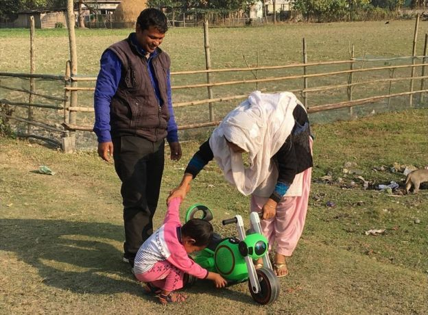 Shahabuddin Ahmed con su mujer Salma Parbin y su hijo Jonait