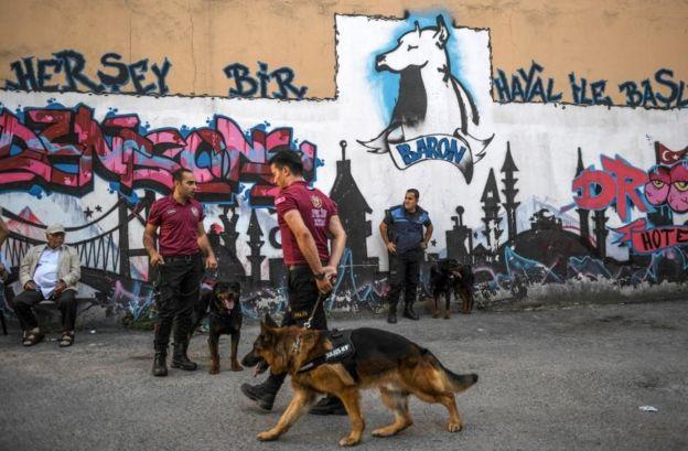 Polisler köpekler ile önlem aldı