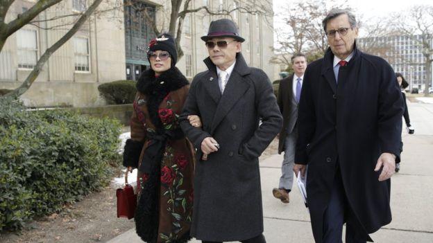周立波和第二任妻子胡潔一起步出法庭。