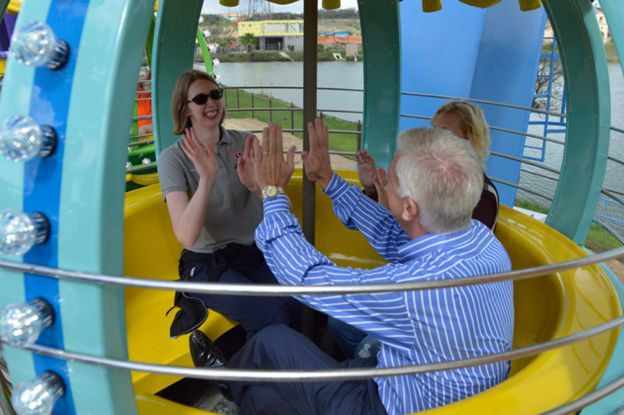 摩根和她的父母在摩根仙境享受摩天轮