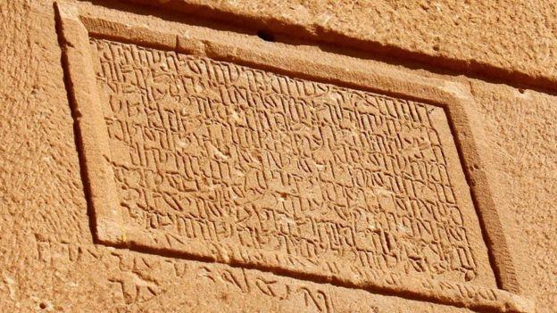 تكشف نقوش المدافن في مدائن صالح عن مظاهر الحياة في الحضارة النبطية