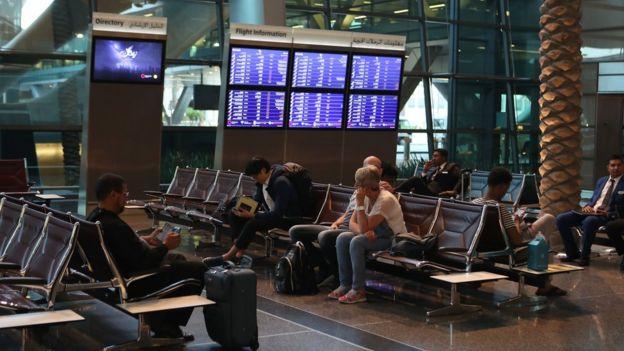 مسافرون في مطار حمد في الدوحة