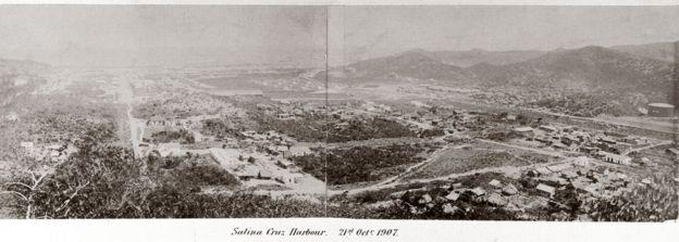 Fotografía panorámica de Salina Cruz, un puerto del Istmo de Tehuantepec, en el Atlántico, en México. 1907.