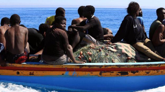 Salvacostas libios ayudan a inmigrantes ilegales que intentaban llegar a Europa.