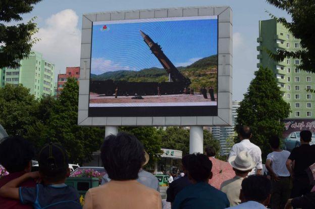 平壤民众观看导弹试射。