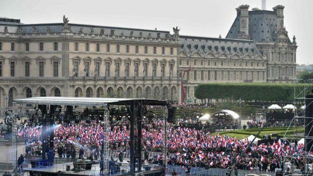 Wafuasi wa Macron wakisherehekea eneo la Louvre mjini Paris
