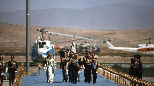 El shah de Irán en el aeropuerto de Persépolis