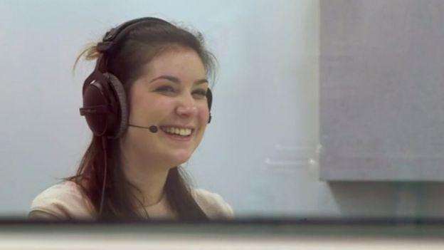 Lucy Lintott grabando frases para almacenar en el banco de voces de la Universidad de Edimburgo.