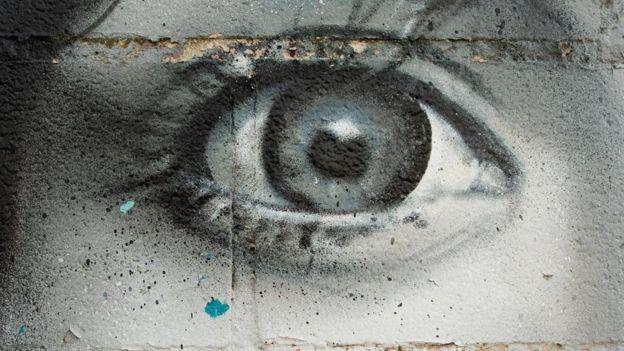 La imagen de un ojo femenino pintado en un mural