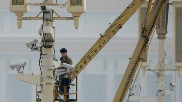 Un hombre revisa las cámaras de seguridad en la Plaza de Tiananmen.