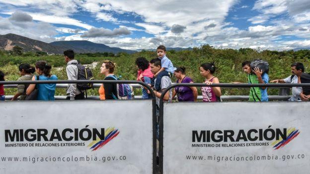 Venezolanos yendo a Colombia para abastecerse de bienes esenciales.