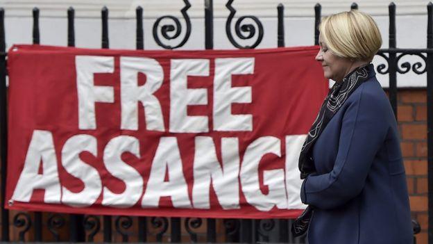 Pancarta en favor de Assange