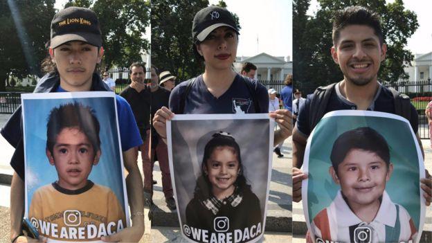 Fotos de beneficiarios de DACA sosteniendo carteles que muestran retratos de cuando eran niños.