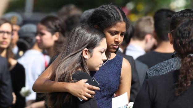 Dos jóvenes se abrazan en el funeral de una de las víctimas de Parkland.