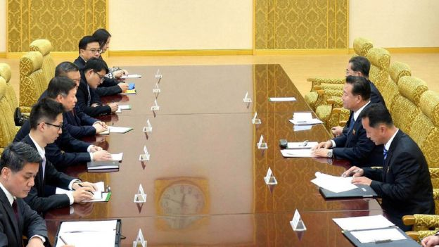 朝中社發佈的照片中,朝鮮一方參與會議的人數比中方少