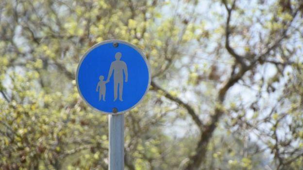 Señal de un adulto y un niño