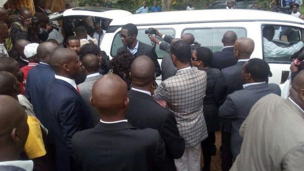 Mwili wa Musando ukiwekwa kwenye gari kupelekwa Lee Funeral Home