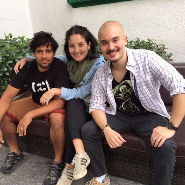 Kiko, Beatriz e Leandro sentados em um banco