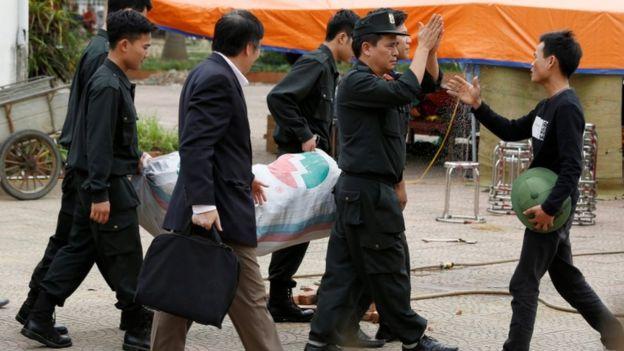Một người dân chào những cảnh sát cơ động khi họ được thả tự do hôm 22/4