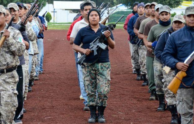 A milícia de Cherán treina para um desfile
