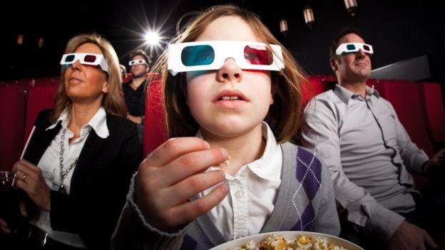 Espectadores en el cine viendo una película en 3D