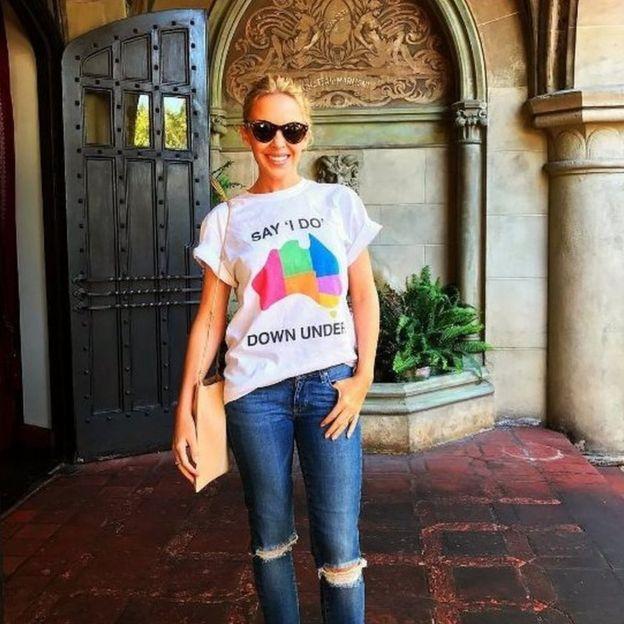 Kylie Minogue con la camiseta de