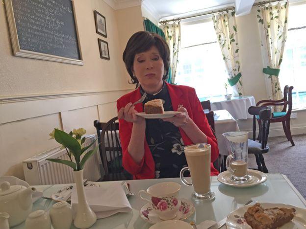 Яна с тортом