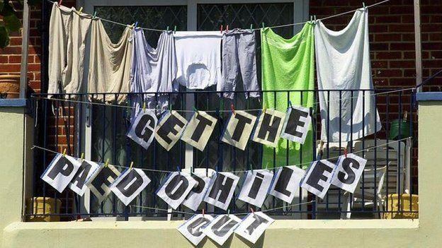 Mensaje contra los pedófilos durante una protesta de 2000 en Reino Unido.