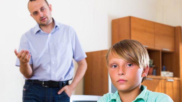Pai conversa com filho