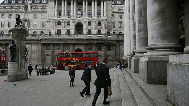کارمندان بانک مرکزی بریتانیا میگویند افزایش دستمزد سالانه آنها کمتر از نرخ تورم است
