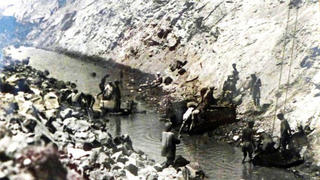 Русские спецпереселенцы на строительстве Вахшской оросительной системы. Словно рабы в древнем Египте, абсолютно голые мужчины на зачистке магистрального канала