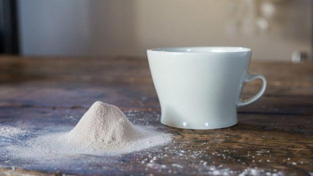Cinzas e xícara de café