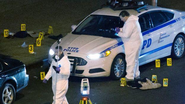 Policiais em Nova York atuam numa cena de crime