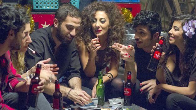 فیلم تصویرهایی دارد از کلوبهای شبانه، مصرف مواد مخدر و همجنسگرایی