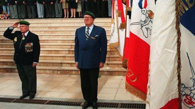 Ông Jean-Marie Le Pen (phải) trong một buổi lễ tại Frejus của cựu binh Pháp trở về từ Đông Dương