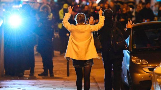 无辜路人高举双手走出武警包围圈