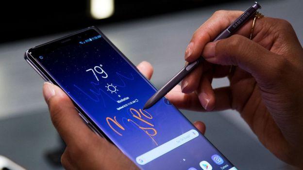 Unna mano escribiendo sobre un Note 8