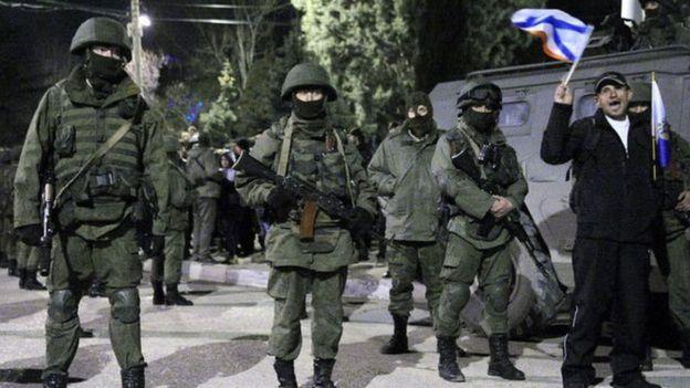 Homens vestidos de soldados na Crimeia