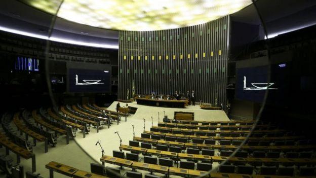 Plenário da Câmara vazio visto através de escotilha