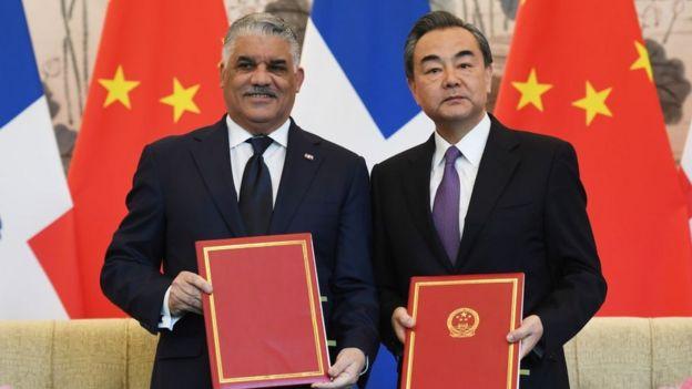 El ministro de Exteriores de República Dominicana, Miguel Vargas, y su homólogo de China, Wang Yi.