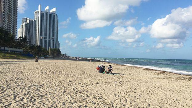Gente en la playa en Miami