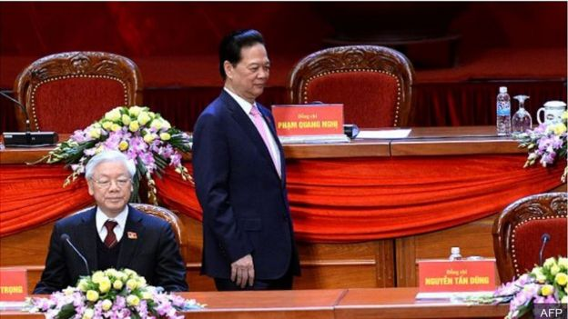 Thủ tướng Nguyễn Tấn Dũng (đứng)