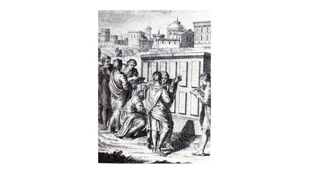 Ilustração de pessoas lendo a Lei das Doze Tábuas