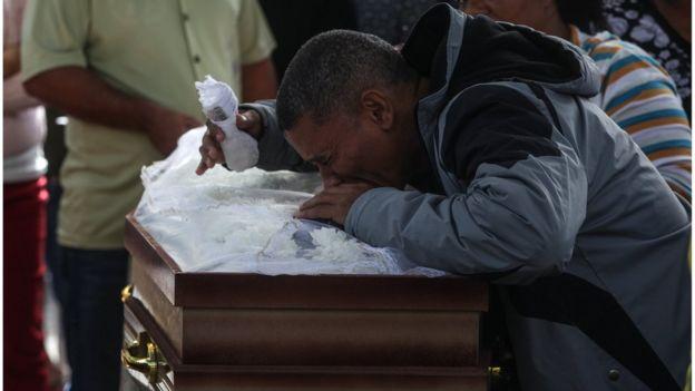 Parentes em funeral de Marlene Maria da Conceição e sua filha, mortas aparentemente por balas perdidas em operação policial contra traficantes na favela da Mangueira