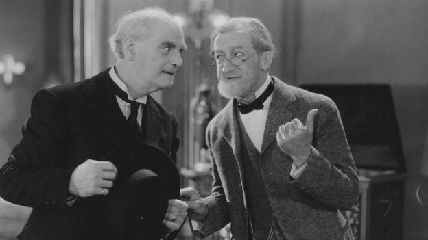 Dos hombres mayores en una comedia de televisión en blanco y negro