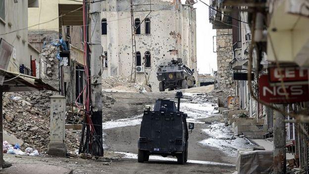Vehículos militares trucos en una calle de Silvan, en el sureste del país.