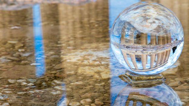Bola de cristal en la que se ve una edificación en Atenas