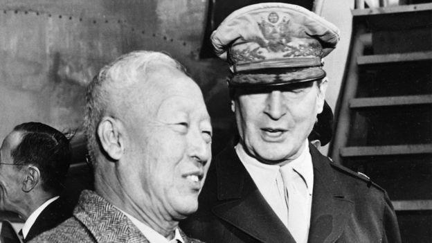 El presidente surcoreano Syngman Rhee y el general estadounidense Douglas MacArthur.
